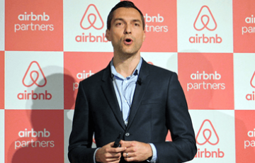 Airbnbのブレチャージク氏が都内会見で今後の活動を語る